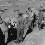 चीन के सैनिकों पर नजर रखे हुए भारतीय जवान।