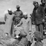 युद्ध के दौरान जवाहर लाल नेहरु फ्रंट पर पहुंचकर जवानों से बात करते हुए।